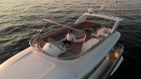 vidéos et rushes de quand un homme vient à aimer une vie de mer, il n'est pas apte à vivre sur terre - richesse