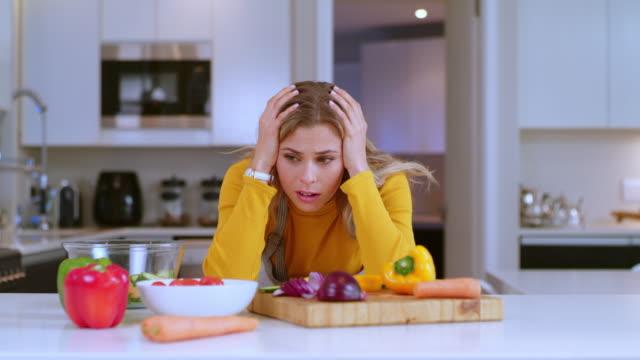 vídeos y material grabado en eventos de stock de cuando todo lo que realmente quieres es una hamburguesa de queso - woman cooking