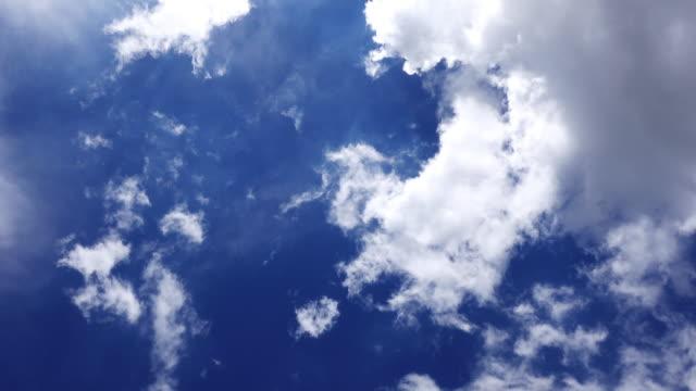 vídeos de stock, filmes e b-roll de quando eu olho para o céu azul - cloudscape