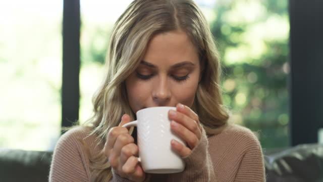 vidéos et rushes de quand j'ai besoin de me détendre, le café le fait mieux - boisson chaude