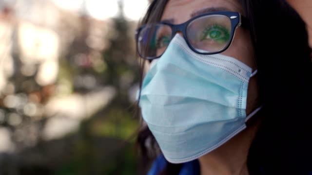 vídeos y material grabado en eventos de stock de ¿cuándo terminará esta pandemia? - stay home