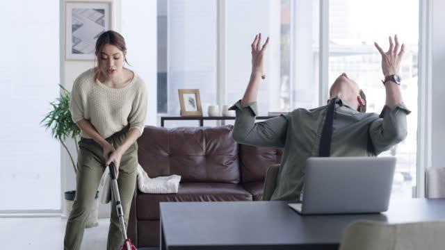 집에서 일할 때 모든 사람의 신경에 작동 - 짜증 스톡 비디오 및 b-롤 화면