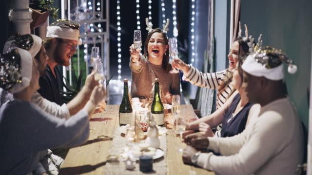 wenn du den weihnachtsmann nach tollen freunden fragst, liefert er - champagner toasts stock-videos und b-roll-filmmaterial