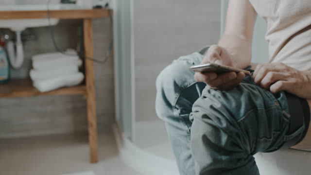 stockvideo's en b-roll-footage met ds wanneer je moet gaan, moet je gaan - cell phone toilet