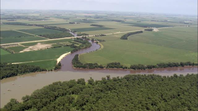 где река джеймс соответствует миссури-вид с воздуха-южная дакота, янктон округ, соединенные штаты - missouri стоковые видео и кадры b-roll