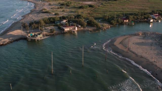 ravenna yakınlarında gün batımında nehrin denize döküldüğü yer. - ravenna stok videoları ve detay görüntü çekimi