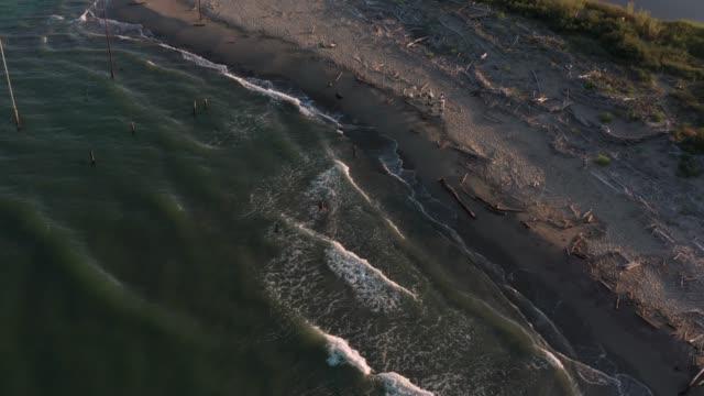 gün batımında nehrin denize döküldüğü yer - ravenna stok videoları ve detay görüntü çekimi