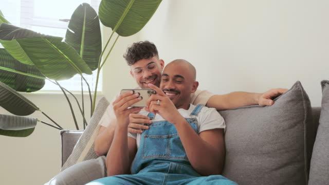 vídeos de stock, filmes e b-roll de onde há uma conexão, há amor - lgbt