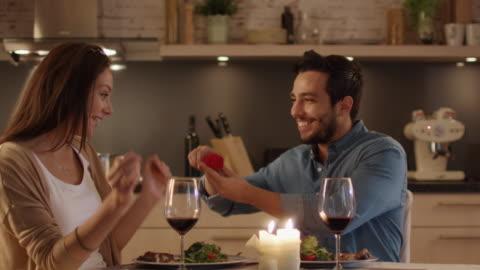 mentre cenare romanticamente in cucina. young man propone alla sua bella ragazza. le dà un anello. - fidanzato video stock e b–roll