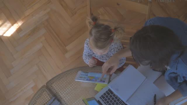 Pendant que maman travaille 4K - Vidéo