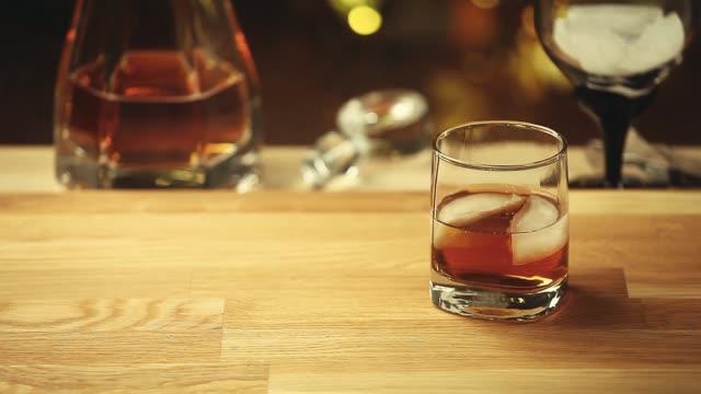 whiskey ice glass smoke wooden background hd footage - декантер стоковые видео и кадры b-roll