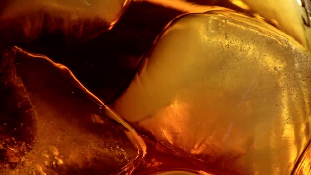 vídeos de stock e filmes b-roll de macro de whiskey - rum bebida branca