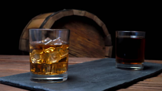 Whisky en la barra de bar - vídeo