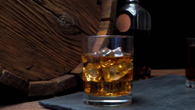 vídeos de stock e filmes b-roll de whiskey on bar counter - barrica