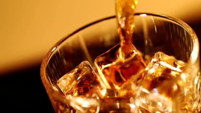 in primo piano: whisky pregiati in un bicchiere di - rum superalcolico video stock e b–roll