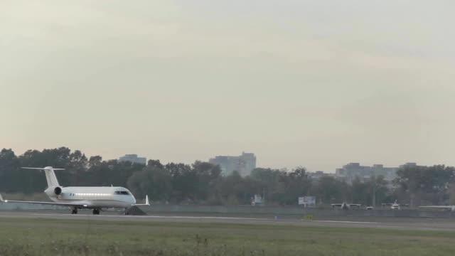 白い飛行機が空港で離陸します。 - 兵卒点の映像素材/bロール