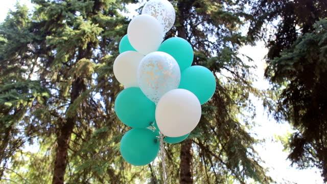 Globos de gel verde y blanco a una boda en el parque. - vídeo