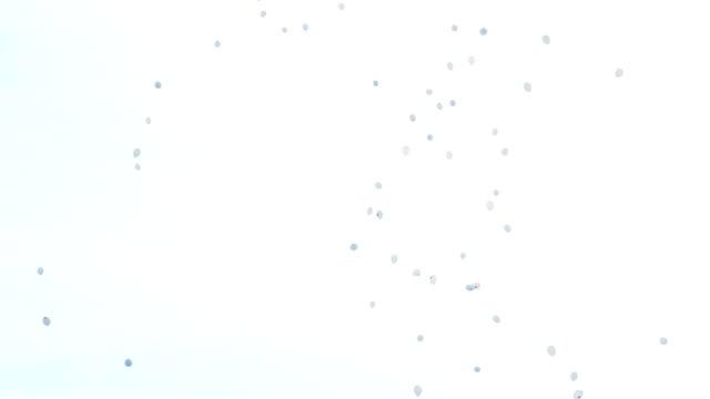 vita ballonger flyger i himlen. begreppet luftföroreningar, slutförandet av festivalen - recycling heart bildbanksvideor och videomaterial från bakom kulisserna