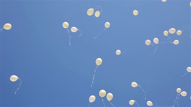 Color balloons flying in the sky - vídeo
