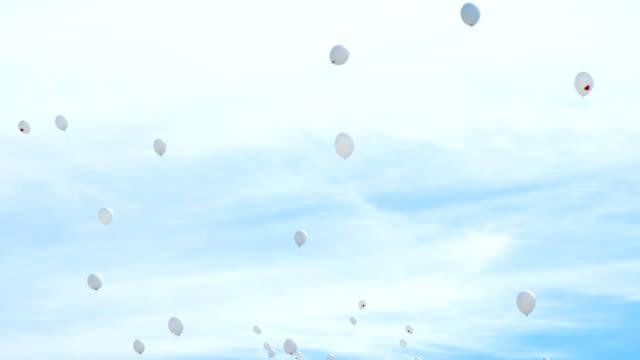 vita ballonger med röda hjärtan flyga till himlen - recycling heart bildbanksvideor och videomaterial från bakom kulisserna