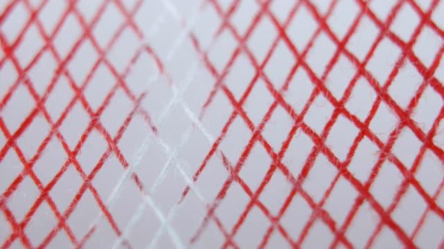 beyaz bandaj lar gazlı bez kan tarafından ıslatılmış ve kırmızı ile tinged - gazlı bez stok videoları ve detay görüntü çekimi