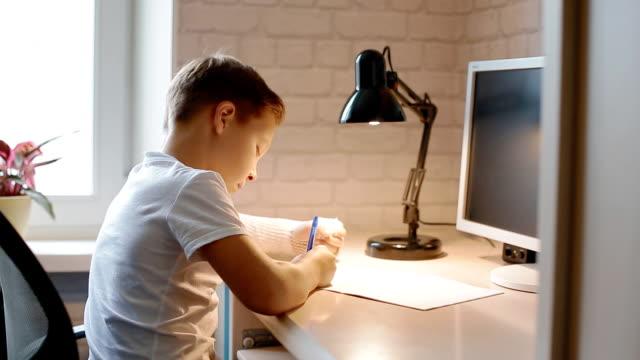 vita pojken gör hans hometask - linjerat papper bakgrund bildbanksvideor och videomaterial från bakom kulisserna