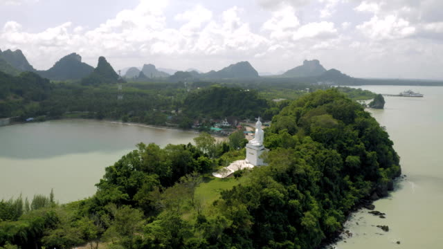 フェリー港近くのアジアの白仏像 - サムイ島点の映像素材/bロール
