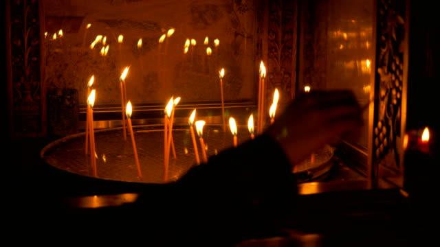 vit brinnande vaxljus på altaret av ortodoxa meteora kloster. grekland. 4k - grekisk kultur bildbanksvideor och videomaterial från bakom kulisserna