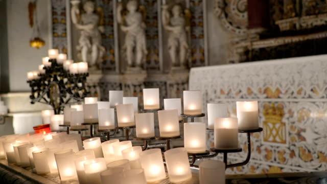 ホワイト キャンドル シチリア イタリアの大聖堂の祭壇の上 - モンレアーレ点の映像素材/bロール