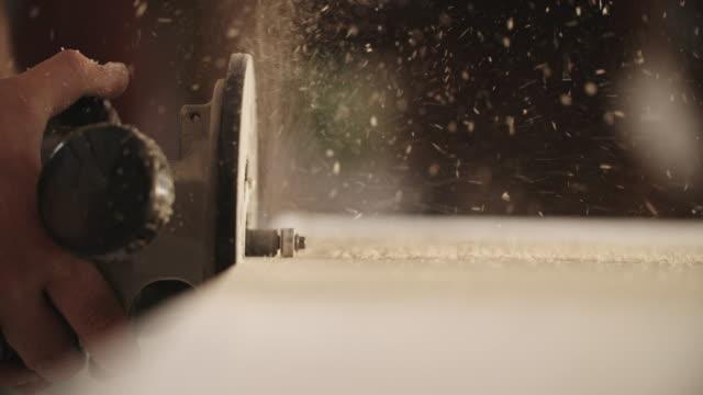 Routeurs charpentier blanc un morceau de bois - Vidéo