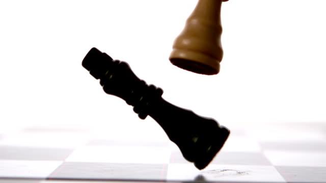 weiße schachfigur klopfen über schwarz - könig schachfigur stock-videos und b-roll-filmmaterial