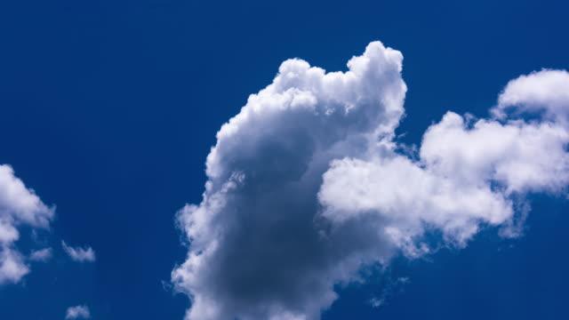 青空を動く白い雲 4k dci - デジタル合成点の映像素材/bロール