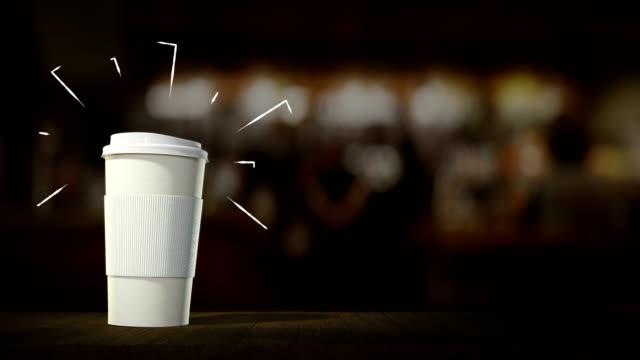 tazza da caffè bianca con caffè e cocktail appaiono in loop infinito, sul bancone del bancone del bar. con linee grafiche in movimento. piano perfetto per la pubblicità di titoli di testo per caffè e ristoranti - fumetto creazione artistica video stock e b–roll
