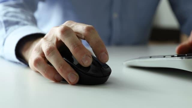 weißer kragen arbeit-mann, der mit desktop-computer in büro nahaufnahme der hand klickt maus. 4k dolly schuss - computermaus stock-videos und b-roll-filmmaterial