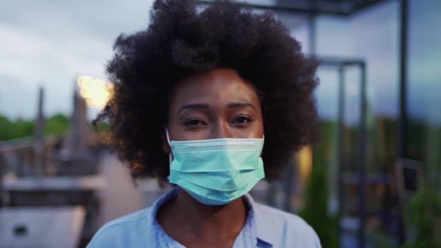 マスクを着用したホワイトカラーの労働者女性 ビデオ
