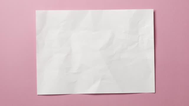 texture di carta stropicciata bianca su sfondo azzurro o rosa. animazione stop motion. - arti e mestieri video stock e b–roll