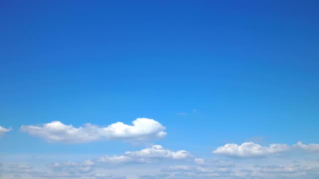 vídeos de stock, filmes e b-roll de nuvens brancas no céu azul - só céu