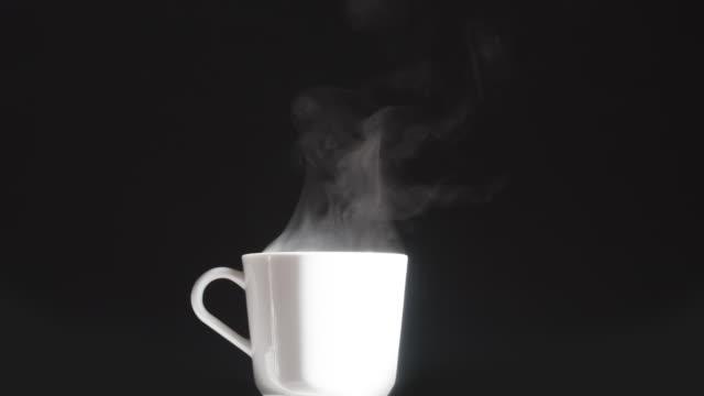 white cup med en varm dryck - material bildbanksvideor och videomaterial från bakom kulisserna