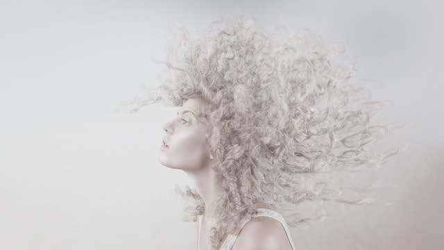 stockvideo's en b-roll-footage met witte krullende dynamische kapsel - blond curly hair