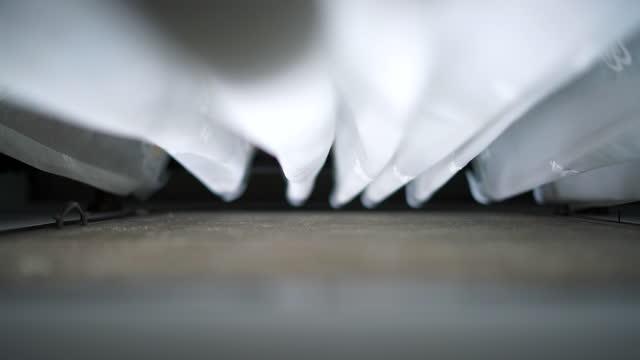 weißer vorhang am alten fenster - moskitonetz stock-videos und b-roll-filmmaterial