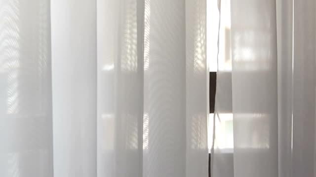 vidéos et rushes de rideaux blancs se déplaçant du vent - rideaux