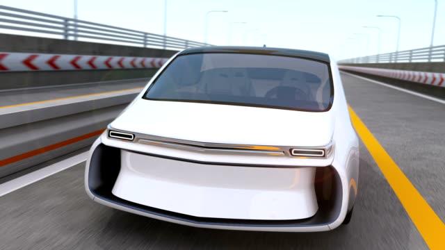 白電気自動車運転を 高速道路 - 独立点の映像素材/bロール
