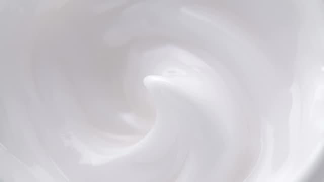白の優しい化粧品クリーム。 - くるくる回る点の映像素材/bロール
