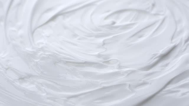 vídeos de stock e filmes b-roll de white gentle cosmetic cream. - nata
