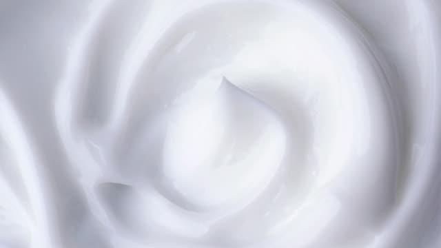weiße schonende kosmetische creme. - kosmetik stock-videos und b-roll-filmmaterial