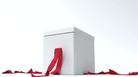 vidéos et rushes de boîte cadeau blanche avec ruban rouge ouverture - cadeau