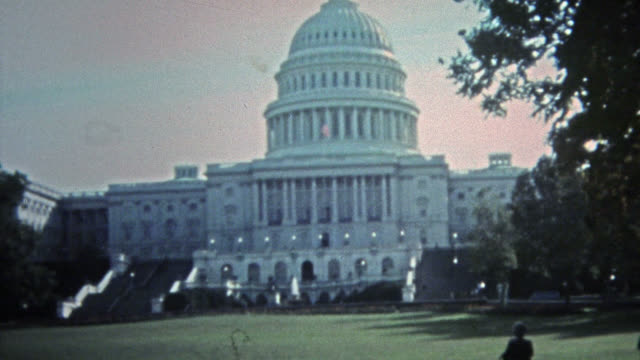 stockvideo's en b-roll-footage met washington dc 1975: witte huis dc nationale monumenten en andere federale sites. - white house