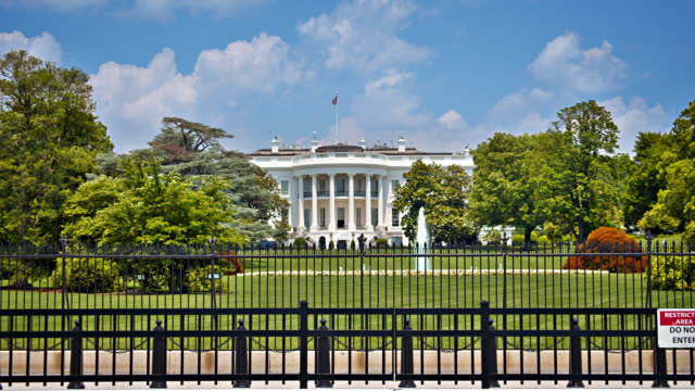 stockvideo's en b-roll-footage met witte huis achter het hek in washington d.c. natuur. grand view. - white house