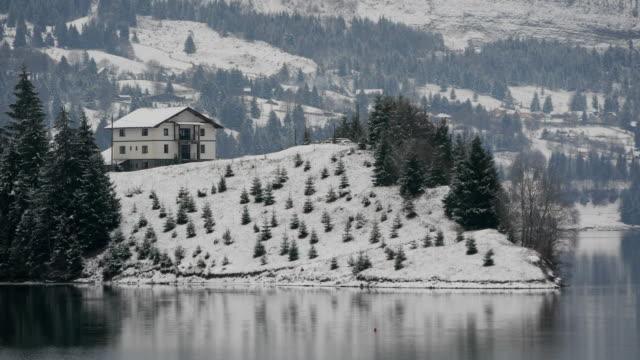 biały dom w pobliżu jeziora - white house filmów i materiałów b-roll