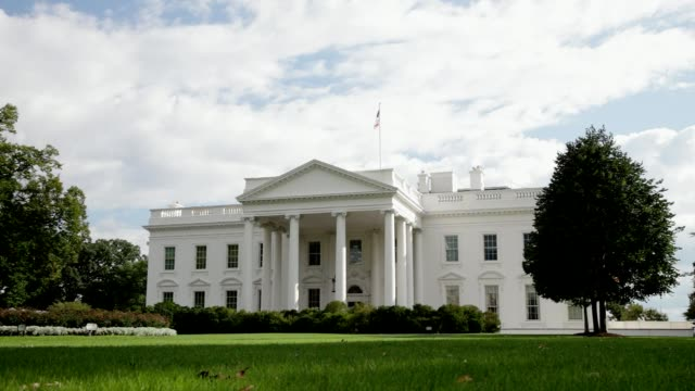 stockvideo's en b-roll-footage met witte huis north washington, dc gazon gevel - white house